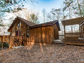 Coosawattee cabin retreat w/ private hot tub, deck, fireplace, & shared pool!, Ellijay