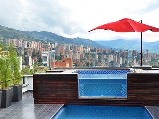 Luxurious modern penthouse, private pool, views, 2 Jacuzzis, sauna, steam room, Medellín