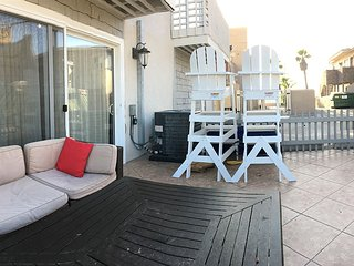 Upgraded Cozy & Spacious Beach Condo - Steps to Ocean, Shops - Prime Spot!