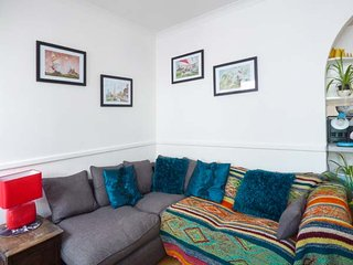 TIDEWOOD, all ground floor cottage, WiFi, enclosed patio, moments from the