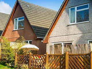 EDEN VALLEY LODGE, four bedrooms, corner bath, hot tub, dog-friendly, on-site, Gunnislake