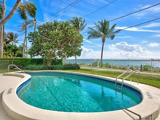 Direct Ocean Views from 2BR, 1BA Palm Beach Apt – Community Pool, Isla de Singer