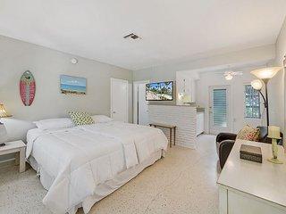 2BR, 2BA West Palm Beach Garden Apartment – Pool Access, Walk to Beach