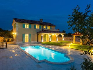 12702 Beautiful spacious villa with pool