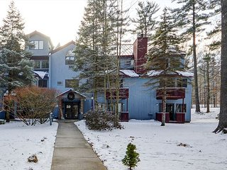 RENOVATED Attitash Mtn Village Condo~All Resort Amenities Included~Sleeps 12, Bartlett