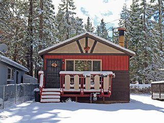 Walk to Big Bear Speedway!  BBQ, WiFi, Wood Deck, Big Bear City