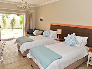 Room 2 selfcatering or B&B with private patio in lush garden with pool, Hermanus