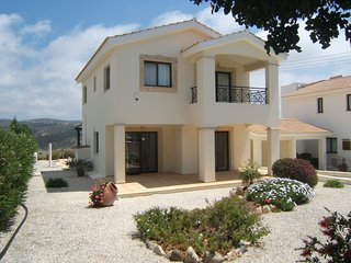 Stylish luxury villa on Golf Resort with private pool and stunning views, Kouklia