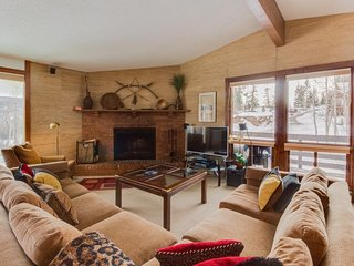 Ski-in/Ski-out alpine condo, with mountain views & prime location