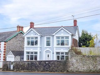PEN HILL, detached, enclosed garden, in Llantwit Major, Ref 921027