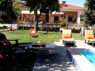 Casa jardín y piscina