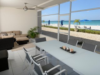 Laguna del Mar: Spacious ground floor luxury condo on Seven Mile Beach sand!, Playa de Siete Millas