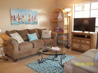 2/2 sleeps 8 ground floor corner unit in town, Port Aransas