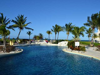 Beautiful Oceanfront - 2 Bdm/2 bath Penthouse - car avail (limited time), Providenciales