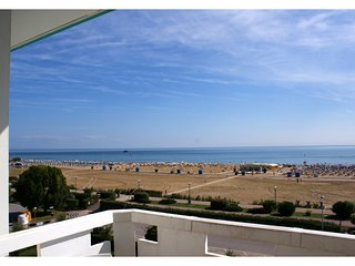Beachfront Condo Sea View - Airco - Covered Private Parking
