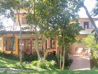 Casa em Búzios com grande jardim, perto do centro e as principais praias.