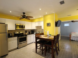 Walk to Beach or heated pool, Cute Siesta Key Condo, Gated