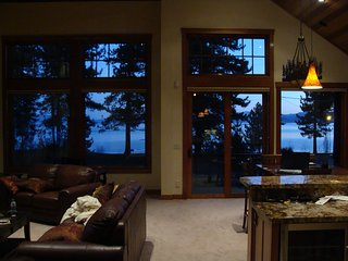 Lake VIEW STEPS 2 Lakefront & Beachfront Skiing Ski Beach WiFi Luxury Casinos, South Lake Tahoe