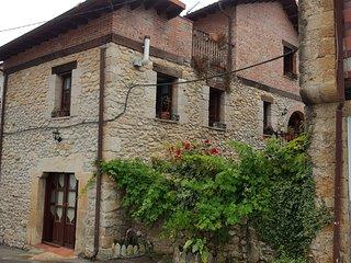 Casa rural situada en la tranquila localidad de Serdio. Ideal para familias.