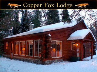 Copper Fox Lodge - Romantic Luxury Log Cabin on the AuSable River (Year-Round!!), Grayling
