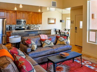 9A-2: Rustic Southwest w/ Modern Comfort: 3 beds, 2 1/2 baths, loft, pool & spa, Moab