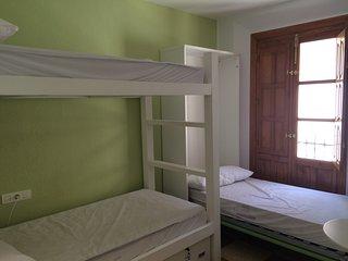 Dormitorio para 3 con baño privado en Hostel