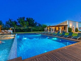 Villa with Spectacular Pool Area & Bar