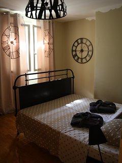 Chambre « Rétro Vintage » de la Villa L'occitane avec un grand lit double.