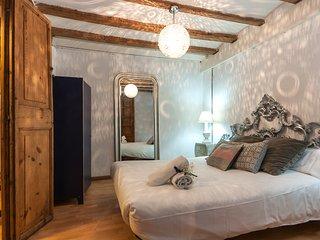 Vintage 4 bedrooms apartment next to las Ramblas!, Barcelona