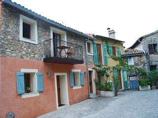 Steinhaus an der Cote d' Azur im Zentrum eines mittelalterlichen Dorfes