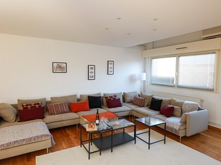 duplex LOUX 195m2 climatisé 10-15 pers. 4 chambres 3 sdb, terrasse, centre ville