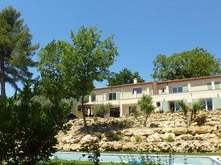 LE VALLON DES OLIVIERS 5 chambres , cuisine, piscine, bbq, situation ideale