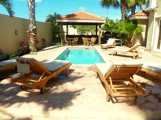 Villa Sandcastle- Stunning Pool/Jacuzzi Villa Walk to Eagle Beach, Noord