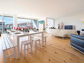 Porto White Apartment with Balcony, Oporto