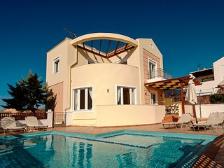 Superb villa near the beach with pool, WiFi, Acrotiri