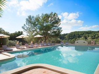 Luxurious villa, 20-32 sleeps, 5min to beach, 40min to bcn, 20x8m pool, gas bbq
