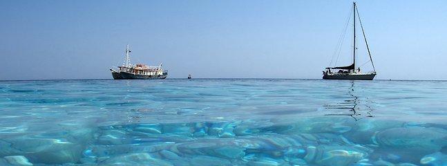 As águas do mar Egeu nos Sporades do norte.