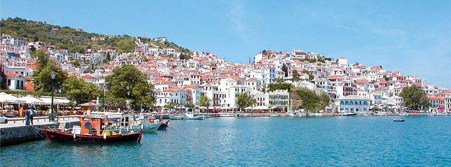 Vista do mar da cidade Skopelos.
