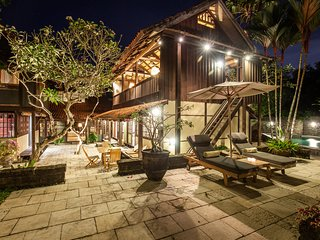 Villa Sembunyi - Sumptuous 5BR & 2 Private Pool Wooden Villa 5min from Seminyak
