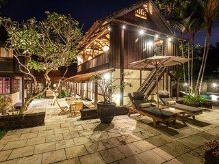 Villa Sembunyi - Sumptuous 5BR & Private Pool Wooden Villa 5min from Seminyak