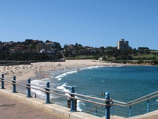 Comfortable & private 2 bedroom apartment with lockup garage, Coogee