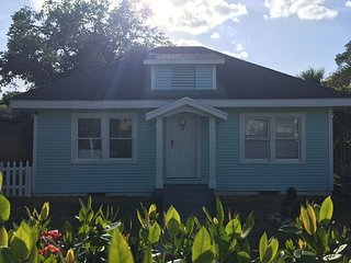 Cozy Blue House With Fast Wifi, Lake Worth