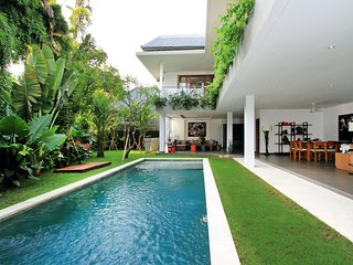 PROMO -Villa Alo - 3 bd Villa - next to the beach!, Seminyak