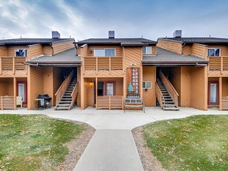 Comfortable condo w/ shared hot tub & views  - walking distance to downtown!, Moab