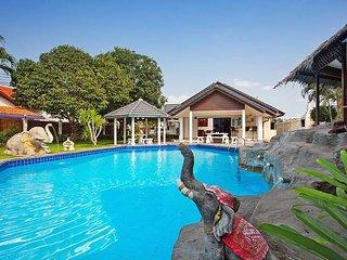 Nai Mueang Yai | 4 Bed Tropical Pool Villa in Central Pattaya