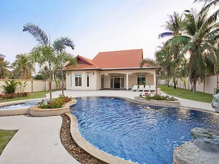 The Chase 8 | Spacious 4 Bed Pool Villa with Outdoor Dining North Pattaya, Nong Pla Lai