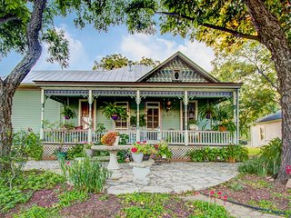 Charming, historic Victorian suite - a short stroll to Fredericksburg, Luckenbach