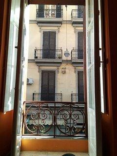 Balcone che rende la stanza da letto luminosa e ariosa