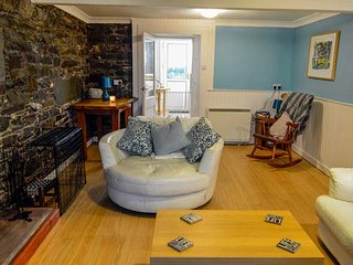 THE PINK HOUSE, sea views, woodburning stove, roadside parking in Isle of Whithorn, Ref 946045