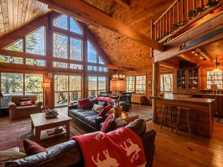 4BR, Hot Tub, Pool Table, Leather, Views, Flat Screen TV, Minutes to Banner Elk, Beech Mtn, Mast General Store, Wildcat Lake, Fenced Area for Pets, Bunkroom, King Bed, Sleeps 10